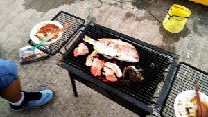 BBQコンロ鯛を焼いている
