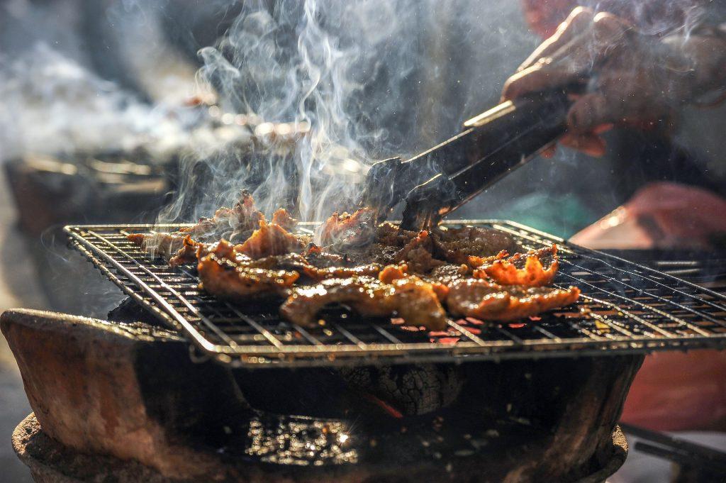 BBQで肉を焼いている