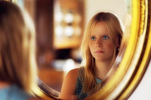 鏡をのぞきこむ女の子