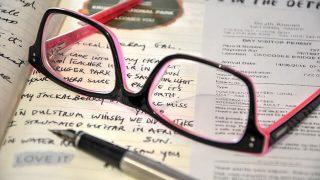 参考書の上にメガネ勉強途中